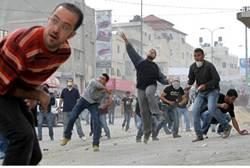 Arabs throw rocks (archive)